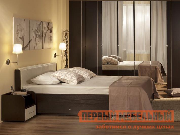 Кровать Глазов-Мебель BERLIN x Кровать (металлические ламели) Венге / Винил кожа, Спальное место 1800 X 2000 мм, Без ортопедического основанияДвуспальные кровати<br>Габаритные размеры ВхШхГ 800x1486 / 1886x2135 мм. Удобная кровать с мягким изголовьем из винил-искусственной кожи.  При заказе необходимо выбрать удобную для вас комплектацию — с ортопедическим основанием или без него.  Корпус выполнен из качественной ЛДСП, фасады — выставки из МДФ. Перед покупкой необходимо выбрать нужный вам размер:(ВхШхГ): 800 х 1486 х 2135 мм со спальным местом 1400 х 2000 мм;(ВхШхГ): 800 х 1686 х 2135 мм со спальным местом 1600 х 2000 мм(ВхШхГ): 800 х 1886 х 2135 мм со спальным местом 1800 х 2000 мм. Обратите внимание! Кровать продается без матраса, подходящие варианты матрасов вы можете найти в разделе «Аксессуары».<br><br>Цвет: Бежевый<br>Цвет: Венге<br>Высота мм: 800<br>Ширина мм: 1486 / 1886<br>Глубина мм: 2135<br>Кол-во упаковок: 5<br>Форма поставки: В разобранном виде<br>Срок гарантии: 24 месяца<br>Тип: Простые<br>Материал: Дерево<br>Материал: Искусственная кожа<br>Материал: ЛДСП<br>Материал: МДФ<br>Размер: Спальное место 140Х200<br>Размер: Спальное место 160Х200<br>Размер: Спальное место 180Х200<br>С мягким изголовьем: Да<br>Без подъемного механизма: Да
